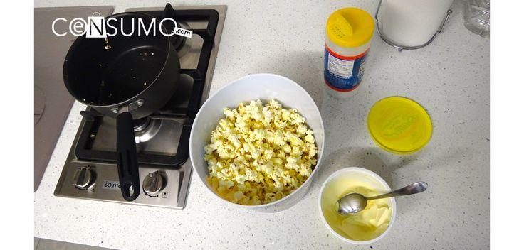 #Palomitas de maíz en recipiente junto con materiales de preparación: #mantequilla y #sal sobre una estufa. #comida #peliculas
