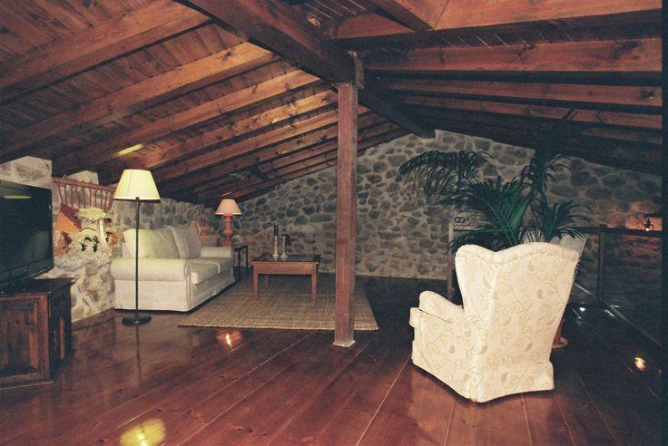 Distribuida en dos plantas con la cocina, comerdor y dos dormitorios con baño incluido en la planta baja, dejando la planta bajocubierta completa para salón de estar, juegos, etc. Zona WIFI.