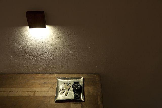 天然木の光センサー付き常夜灯「CALM」。両面テープフックを壁に貼るだけ、コンセント不要のUSBケーブル充電式なので、場所を選ばずに設置できます。停電時には非常灯としても使用できます。木目を楽しめる6.5cmのシンプルデザイン。7
