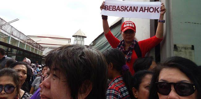 """Bebaskan AhokSalah seorang wanita pendukung Basuki Tjahaja Purnama membentangkan spanduk kecil bertuliskan """"Bebaskan Ahok"""" di depan Rutan Cipinang, Jakarta Timur (Selasa, 9/5). Massa pendukung Basuki alias Ahok sengaja berkumpul di Rutan Cipinang meminta polisi mengeluarkan Gubernur DKI non-aktif itu. Lilis Varwati/RMOL"""