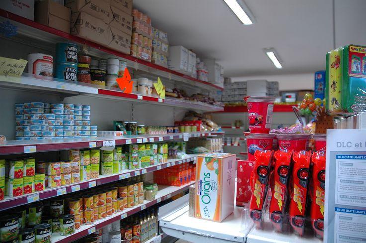 Les personnes qui ont des problèmes d'argent peuvent aller dans une épicerie solidaire. Les produits y sont vendus moins chers que dans un supermarché normal.