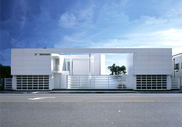 Esta casa, diseñada por el estudio de Richard Meier and  Partners Architects se ubica al sur de California, al lado de una hermosa playa. El lugar en el que se ubica no tiene par, al sur tiene el Océano Pacífico, al Oeste un precioso jardín, y al norte la carretera de la costa del Pacífico.