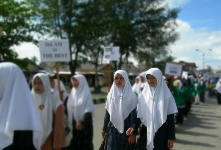 Menteri Jokowi Mau Hapus Perda Jilbab di Aceh  JAKARTA (TEROPONGSENAYAN) - Menteri Dalam Negeri Tjahjo Kumolo menegaskan akan menghapus sejumlah perda yang dinilainya sangat diskriminatif dan bertentangan dengan HAM.  Ia mengambil contoh perda di Aceh yang menerapkan hukum Islam disana seperti penggunaan Jilbab serta larangan keluar rumah bagi wanita di malam hari. Termasuk mengingatkan putusan Wali Kota Aceh yang melarang wanita keluar di atas jam sepuluh malam dia mengatakan sifatnya…