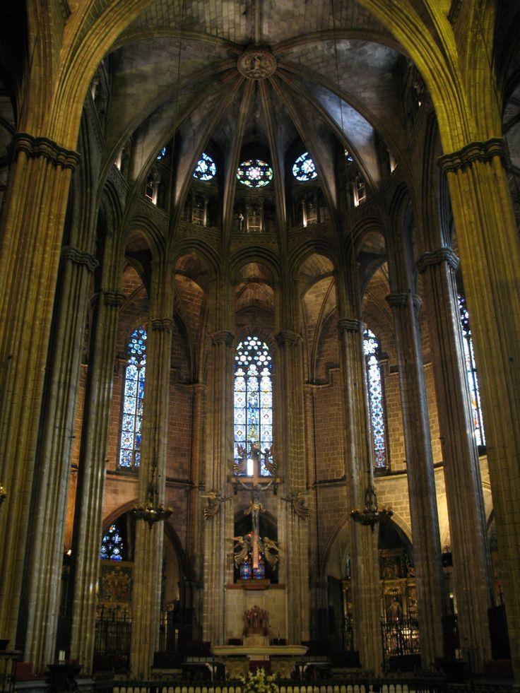 Het interieur van de gotische kathedraal van het Heilig Kruis en Sint Eulalia van Barcelona.