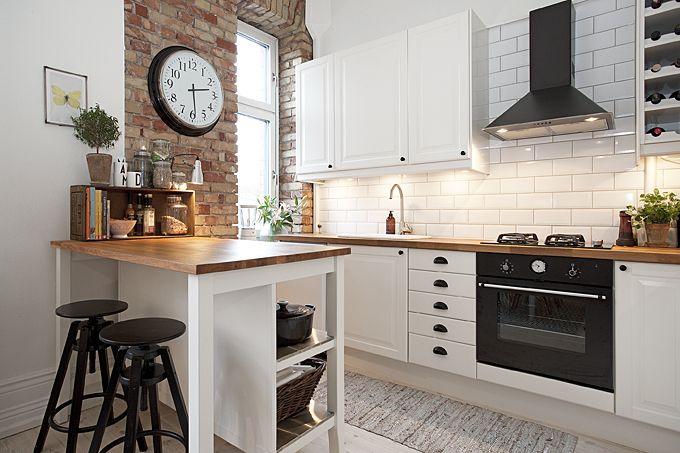 Kuchnia w stylu skandynawskim.Białe, gładkie meble w połączeniu ze stabilnymi, drewnianymi blatami. Otwarte półki nad...