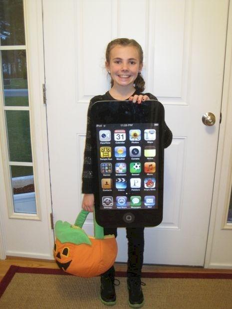 Man kann sich auch als IPod Touch verkleiden. Die modernen Zeiten machen auch vor den Halloweenkostümen nicht halt. Und das kann man sogar relativ leicht selbst gestalten und basteln. Genial, oder? | unfassbar.es