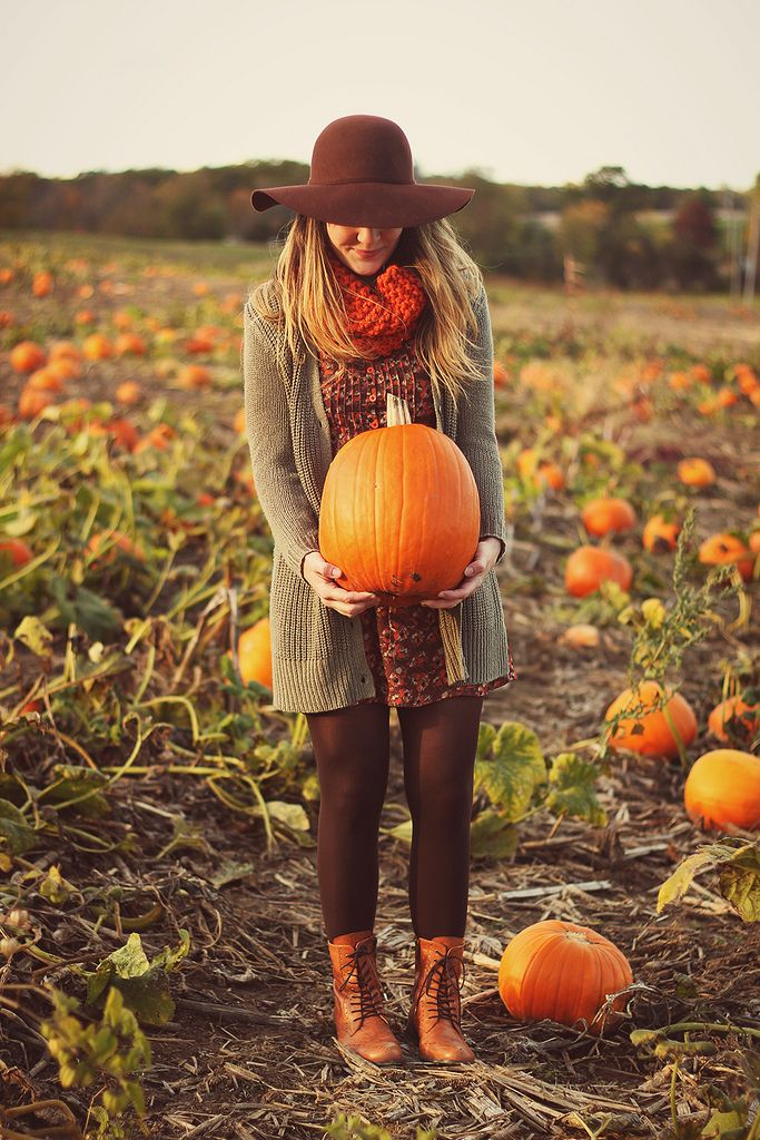 cute idea for a pregnancy announcement in October - photo holding a pumpkin in front of your belly!