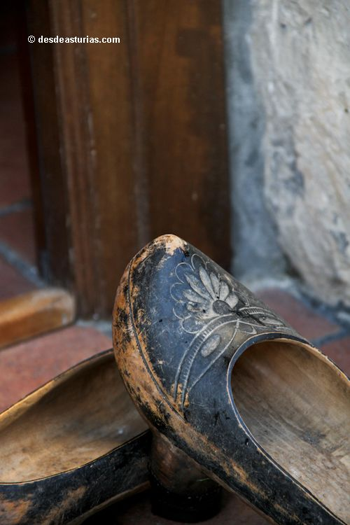Antaño a las puertas de las casas de #Asturias había un par... de madreñas [Más info] http://www.desdeasturias.com/turismo-rural-en-asturias/