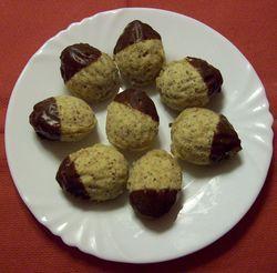 Suroviny zpracujeme v těsto a namačkáme do formiček ve vlašských ořechu. Upečeme, po u pečení ihned ...
