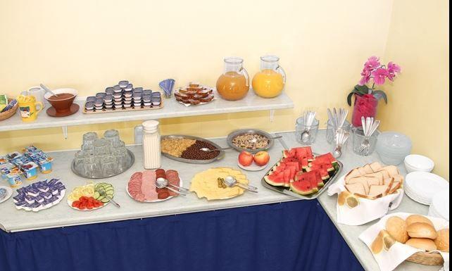 Meleg étel rendelési lehetőséget is biztosítunk.  http://www.dominikahotel.hu/?page_id=27&lang=hu