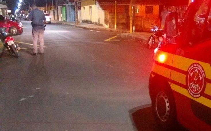 Acidente entre duas motos e um carro deixa três feridos na Rua Amando -   O Corpo de Bombeiros atendeu um acidente de trânsito na noite deste domingo, 07, envolvendo duas motos e um carro. A colisão ocorreu na Rua Amando de Barros, na região do bairro Lavapés.  Segundo informações, um outro veículo que fugiu do local, fechou uma das motos, que veio a colidir - https://acontecebotucatu.com.br/policia/acidente-entre-duas-motos-e-um-carro-deixa-tres-feridos-na-