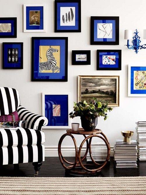 A la place des passe-partout blanc, optez pour une couleur vive qui va faire pétiller votre salon. Sur cet exemple il s'agit de papier bleu roi. Tuto : http://www.designsponge.com/2014/04/diy-project-fabric-covered-photo-mats.html