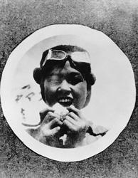 飛行眼鏡をかけ、スミス号の飛行士に憧れる。大正3年(1914年)。