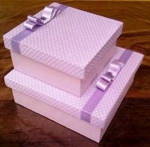 Caja decorada con puntos blancos y moño lila