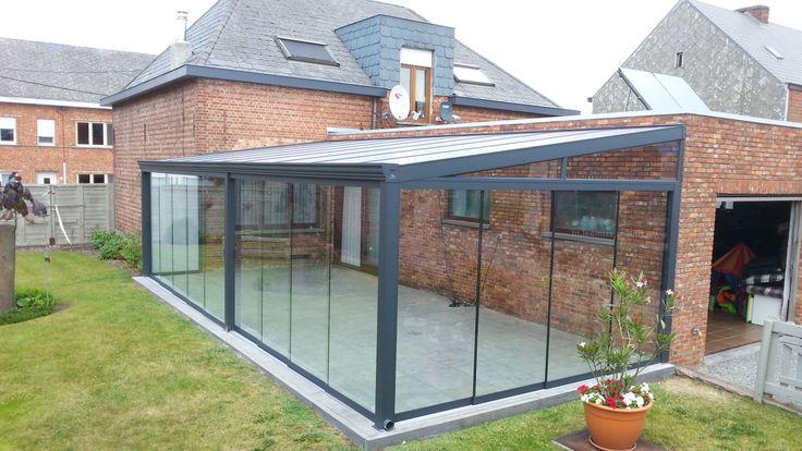 Gumax terrasoverkapping klassiek antraciet met glazen schuifdeuren rondom.