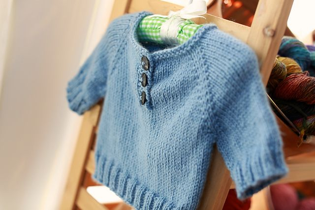 A Simple Baby Pullover ( 1 mo/3 yrs) (US7/4.5mm) - pattern by Erica Kempf also in french