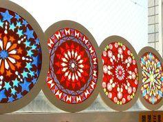 窓辺で太陽の光を浴びるとステンドグラスのようになる「ローズウィンドウ」って知っていますか?ステンドグラスのような、といっても実は紙だけで作り上げることができるんです。フラワーペーパーのような薄い色紙をカッターで切り取って3枚重ねるだけ。厚紙の輪っかで挟めばローズウィンドウの出来上がり。簡単なデザインから難しいデザインまでいろいろあって、気に入ったデザインはインターネットからダウンロードできますよ。今回はそんなローズウィンドウの作り方をご紹介します。 この記事の目次 海外でも人気のローズウィンドウ 紙のステンドグラスの作り方 #1 色を3色決めましょう #2 厚紙でフレームを作りましょう #3 色紙を折って図案を写しましょう #4 カッターで図案を切り抜いていきましょう #5 ピーンと張って糊付けしたら完成 #6 細かな手元は動画で確認 窓辺に置いたり吊るしたり… ライトで照らしてすてきな夜に 教会を飾るステンドグラスの美しさをあなたの手に… 海外でも人気のローズウィンドウ…