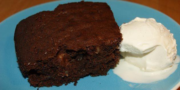 Vidunderlig kage med en intens blanding af karamel og mørk chokolade. Det smelter simpelthen på tungen.