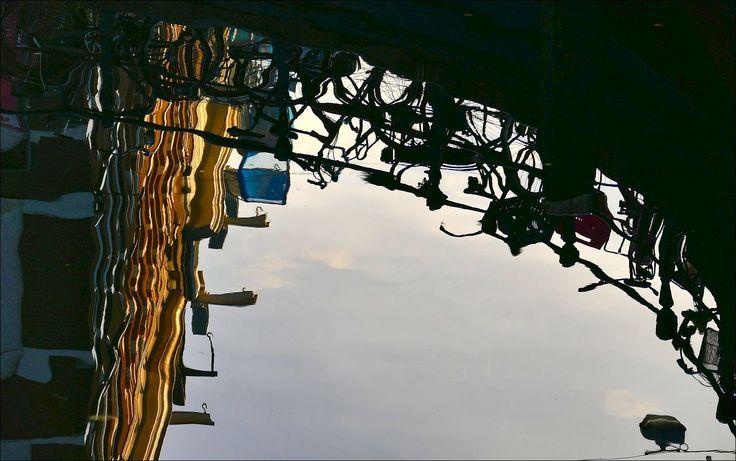 Zomaar ergens in Amsterdam... weerspiegelingen in de gracht...