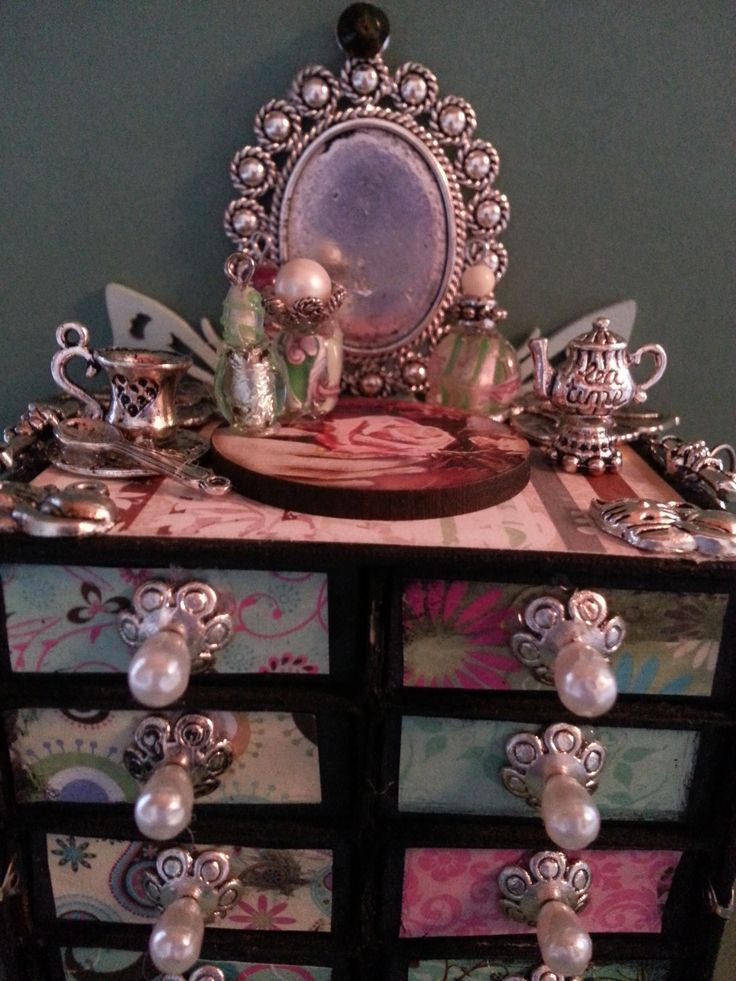 A closeup of my antiquing skills. I made this one for myself.