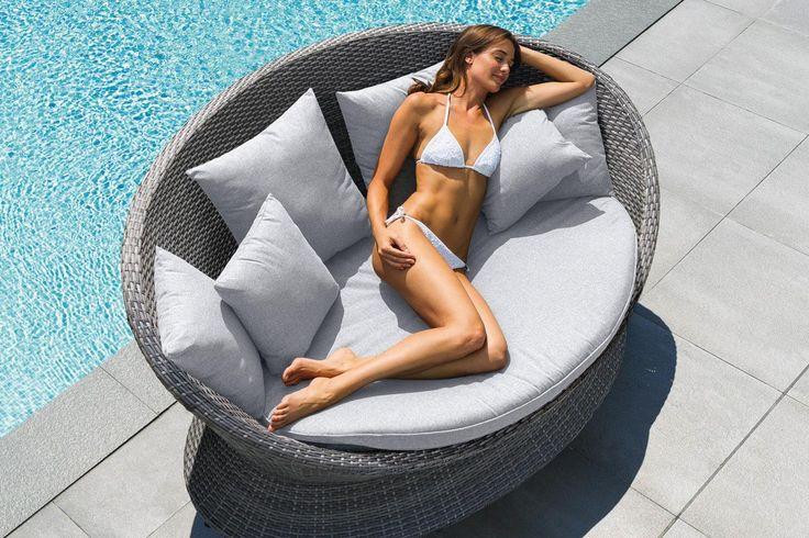 #Hespéride - Banquette Cocoa - 599 € => Avec son design arrondi et sa couleur grise très apaisante, la banquette Cocoa créera une ambiance cosy synonyme d'une invitation à un moment de détente !  http://www.hesperide.com/transat-hamac-balancelle/transat-bain-de-soleil-lit-de-piscine/lit-de-piscine/banquette-cocoa/67195/d0.html?cmpid=pinterest&utm_source=pinterest.com&utm_medium=referral&utm_campaign=pont_banquette_20150413