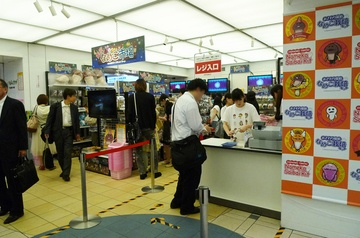 東京なめこ市場  会期:2012年6月19日(火)〜7月2日(月)  時間:10:00〜20:30(最終日のみ〜18:00)  場所:東京駅一番街B1F(東京キャラクターストリート内) いちばんプラザ  アイテム数:350種(これまで発売されたなめこグッズがほぼ集まります)