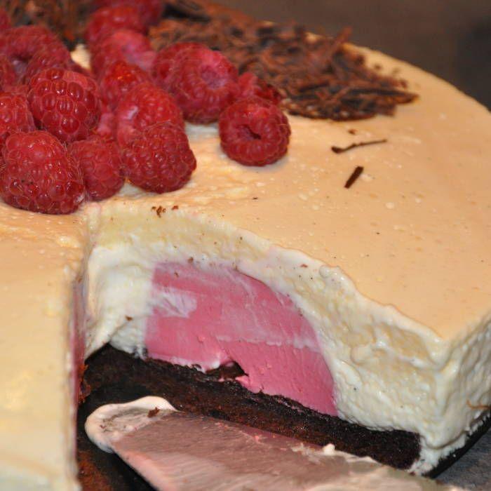 Tårta med vaniljmousse och hallonpannacotta