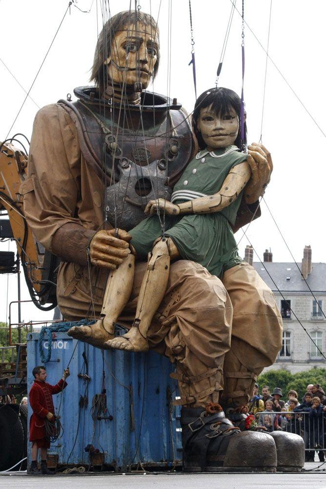Royal de Luxe - le scaphandrier et la petite géante