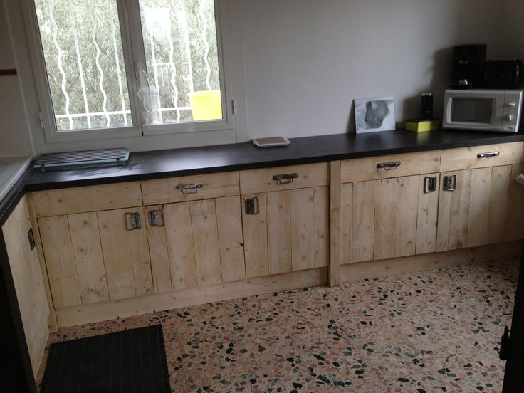 Nicolas sent us some photos of his brand new kitchen entirely made from upcycled wood pallets and for a cost around 200€ (approx. 260$)! Good job Nicolas !! Idea sent by Nicolas !