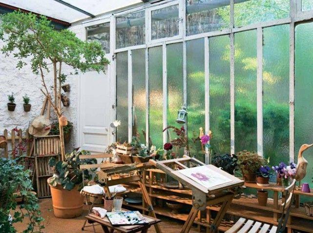 La véranda aménagée en espace de vie et la lumière zénithale au dessus du chevalet : un bel atelier riche en sources d' inspiration.