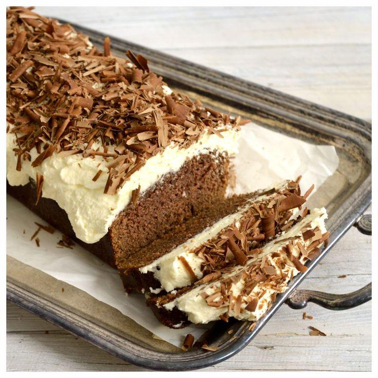 Φανταστικό, σοκολατένιο κέικ με μαύρη μπύρα και μοναδική cheesecake επικάλυψη. Τι καλύτερο από ένα ζουμερό κέικ για τις γιορτινές μέρες που έρχονται, που αφήνει εποχή με την τυρένια επικάλυψη και την τραγανή σοκολάτα από πάνω. Εύκολο στην παρασκευή και εντυπωσιακό τόσο στην εμφάνιση όσο και στη γε