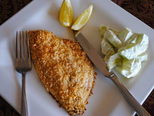 Простое и быстрое, но очень вкусное блюдо: филе морской белой рыбы, запеченное в духовке в панировке из тертого твердого сыра. Рыба получается очень сочной, мягкой и нежной, а сырная корочка вносит в блюдо дополнительный милый, изящный штрих. Отличное блюдо для повседневных ужинов: минимум усилий, максимум эффекта!