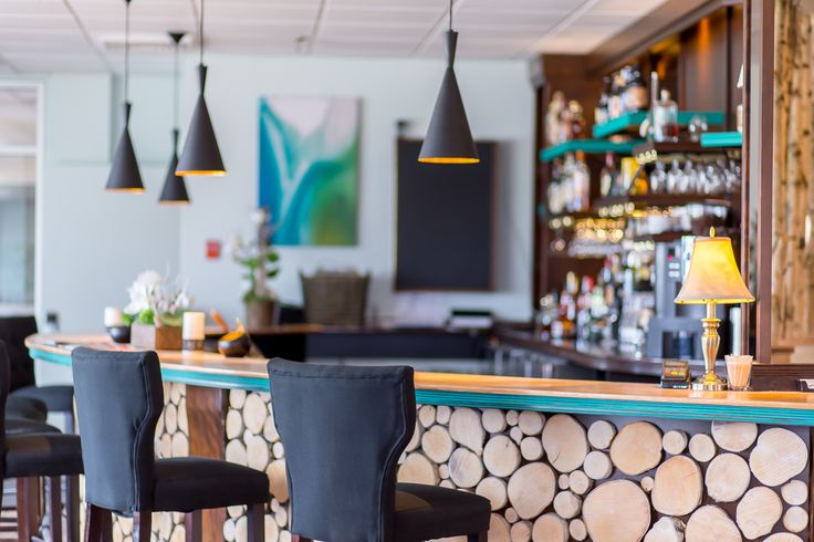 New modern wooden bar at Auberge Lac-Brome's restaurant. Perfect for corporative or private events!