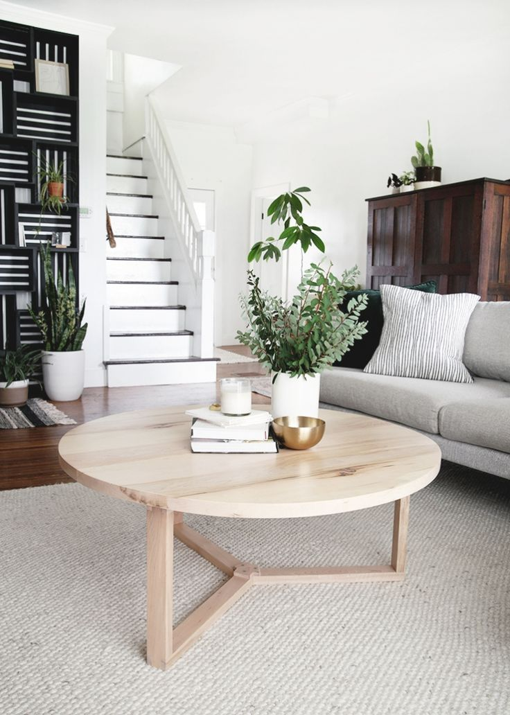 DIY Round Coffee Table - bring a natural, modern look into your living space with this DIY coffee table! #diy #coffeetable #livingroomdecor