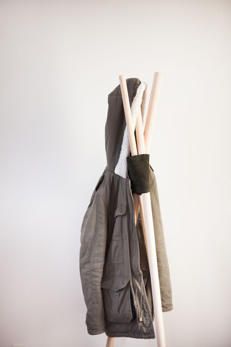 Best 25 wooden coat rack ideas on pinterest grey coat for Diy standing coat rack ideas
