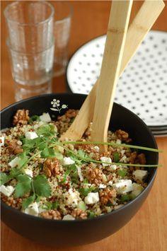 Salade boulgour, quinoa, feta, noix 400 g de mélange quinoa (mélange de quinoa blanc et rouge) & boulgour 3 ou 4 oignons nouveaux (oignon tige) ou ciboules (ou ciboulette dans la recette d'origine) 200 g de feta 150 g de noix de Grenoble  Vinaigrette 1 orange pour son jus (garder son zeste pour un gâteau ... voir ci-dessous) 1 cuillère à soupe de moutarde à l'ancienne 3 ou 4 cuillères à soupe d'huile d'olive (huile de noix dans la recette originale mais je n'en avais pas) 1 cuillère à