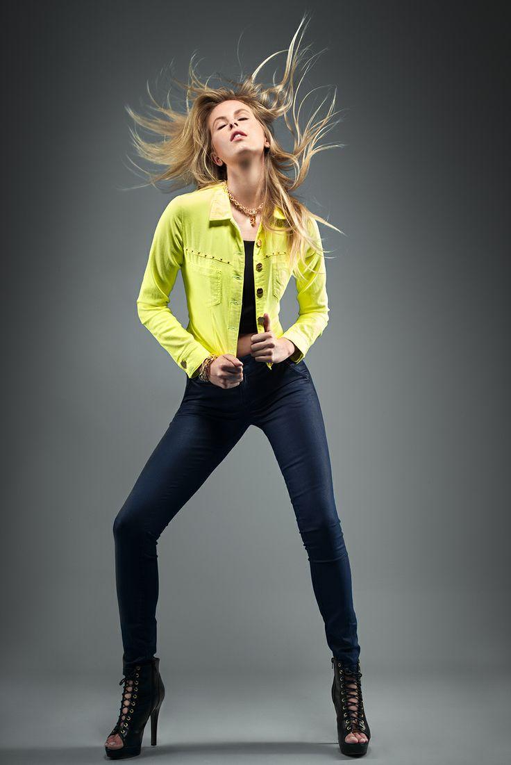 Chaqueta: Ref. E072880A - $129.900 Jeans: Ref. E131604 - $129.900 Blusa: Ref. E208163 - $59.900 Botines: Ref. E083188 - $109.900