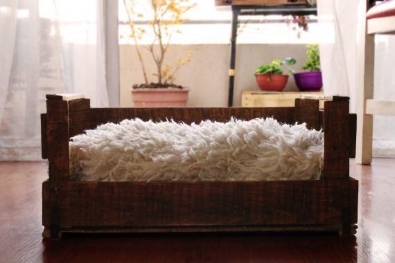 Hechas con cajones reciclados, pintados y barnizados para su durabilidad. Incluye el almohadón de corderito sintético. Variedad de diseños, colores ...