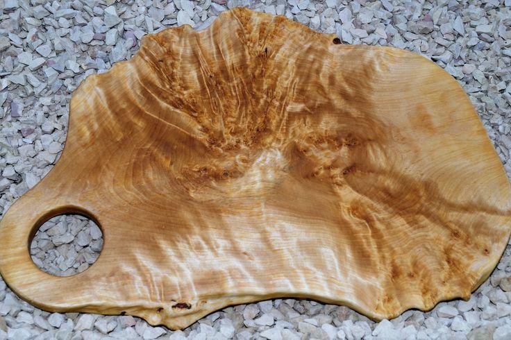 Изготовленная вручную разделочная доска из капа берёзового . Отверстие для подвешивания и отображения . Красивое зерно , полированная и пропитана льняным маслом , гладкая на ощупь . Размер : 475 * 310 мм . Цена : 11999 р .