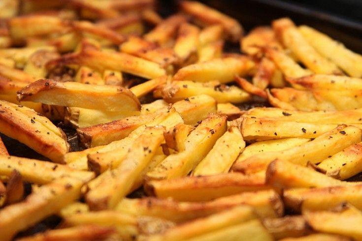 Dit heerlijke recept voor knolselderij frietkregen we doorgestuurdvan Culy-lezeres Eva van de leuke blog Wertheimer.nl. Een echte aanrader. Eet ze als snack of als fijn bijgerecht! Verwarm de oven voor op 180 graden. Snijd de knolselderij in frieten van ongeveer één centimeter dik en kook ze twee minuten in gezouten water. Meng de rest van …