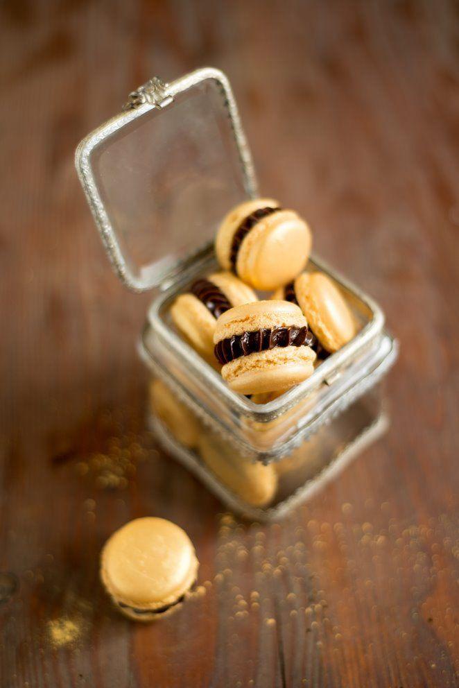 Goldene Macarons mit Nuss-Nougat-Füllung backen kekse-platzchen macarons Französisch Kochen by Aurélie Bastian