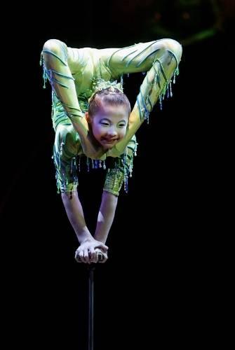 Google Image Result for http://0.tqn.com/d/montreal/1/0/d/A/-/-/cirque_du_soleil_contortionists21.jpg