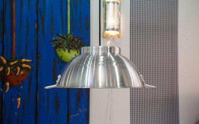 Usar o escorredor de macarrão como cúpula de lustre funciona bem e é uma aposta ousada de reciclagem.