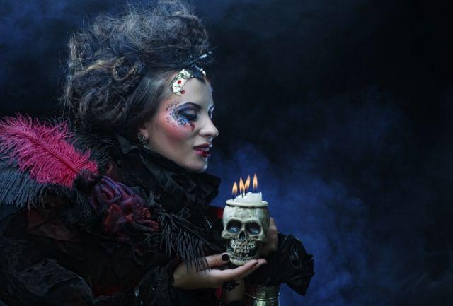 Encuentra ideas para tus peinados en Halloween. http://us.emedemujer.com/belleza/tips-de-peinado-y-maquillaje-para-halloween/