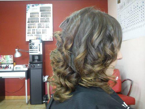 Un peinado muy favorecedor con rizos suaves.