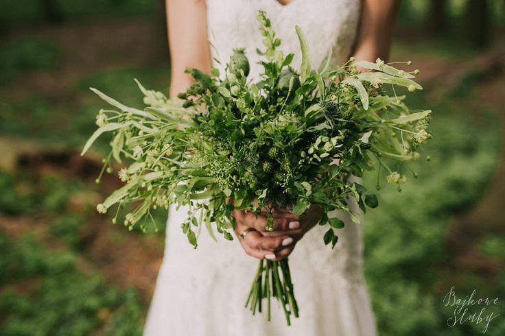 wedding photo session in the forest / forest bouquet / green / leśny bukiet / leśna sesja ślubna / fot. Bajkowe Śluby