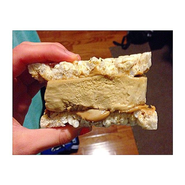 Ice cream sandwich for the win 🔹Original rice cake 🔹Ww Latte ice cream bar 🔹PB #foodporn #iifym #healthy #foodie #dessert #pb #ricecake #icecream  #cleancheats #cleaneating #carbsafterdark #gains #healthylifestyle Lohilo