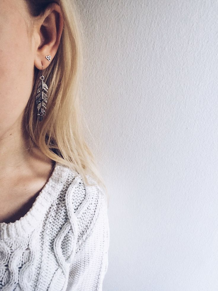 Emiily: Pretty Feather Earrings for 1$