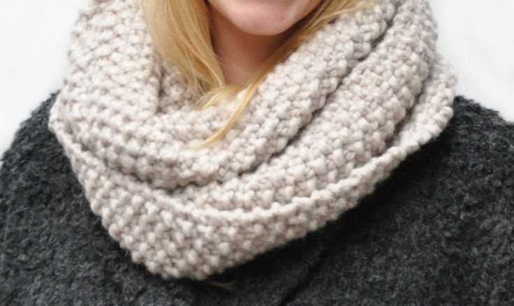Free knitting pattern of this beautiful easy moss stitch snood! This pattern is quickly made, so start your own project today!