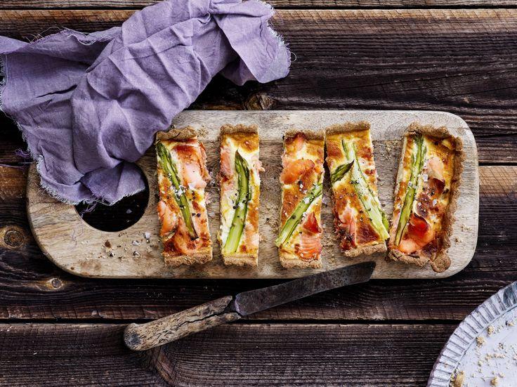 Tuore parsa ja kylmäsavulohi sopivat hyvin keväisen piirakan täytteeksi. Parsapiirakassa on maukas rukiinen piirakkapohja. Tämäkin resepti vain n. 1,15€/annos*.